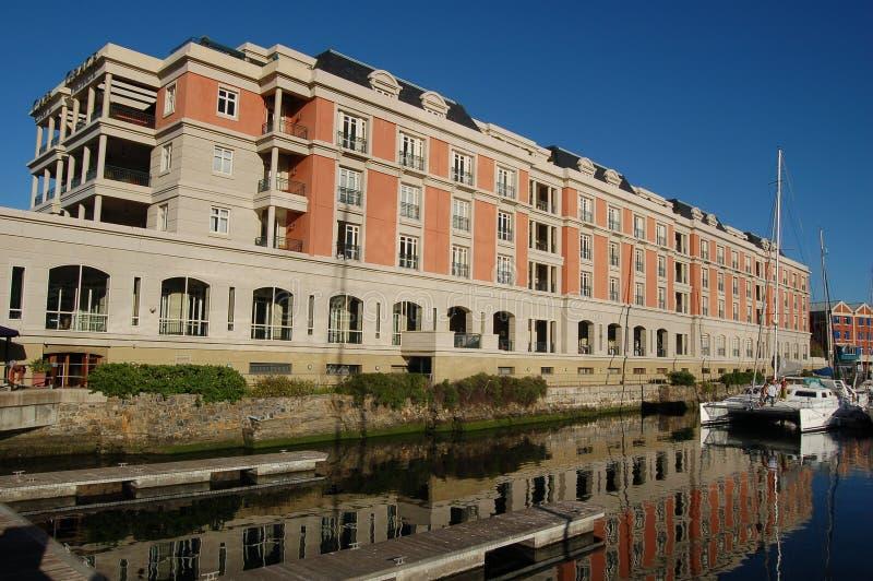 使用对豪华海角雍容旅馆的帆船在开普敦 库存照片