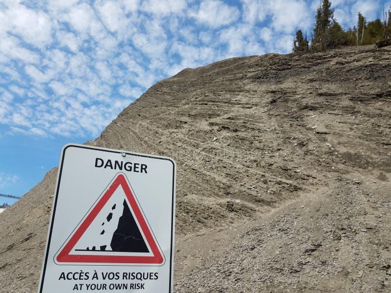 使用山区法语显示您自身危险 免版税库存图片