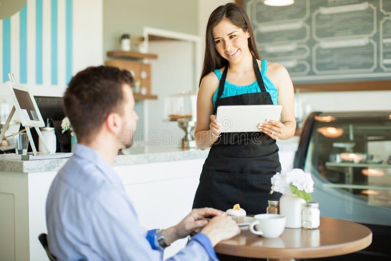 Download 使用工作的技术在咖啡馆 库存照片. 图片 包括有 有吸引力的, 食物, 成人, 咖啡馆, 餐馆, 商业, 界面 - 59109708