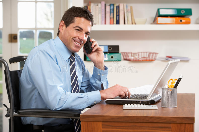 使用工作,回家膝上型计算机人电话 免版税库存图片