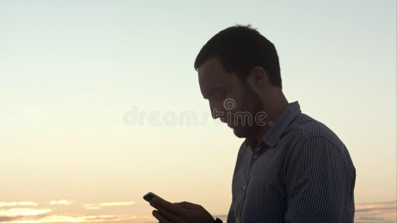 使用巧妙的电话的人键入正文消息 免版税库存照片
