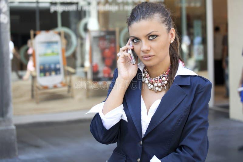 使用巧妙的电话的妇女 免版税库存照片