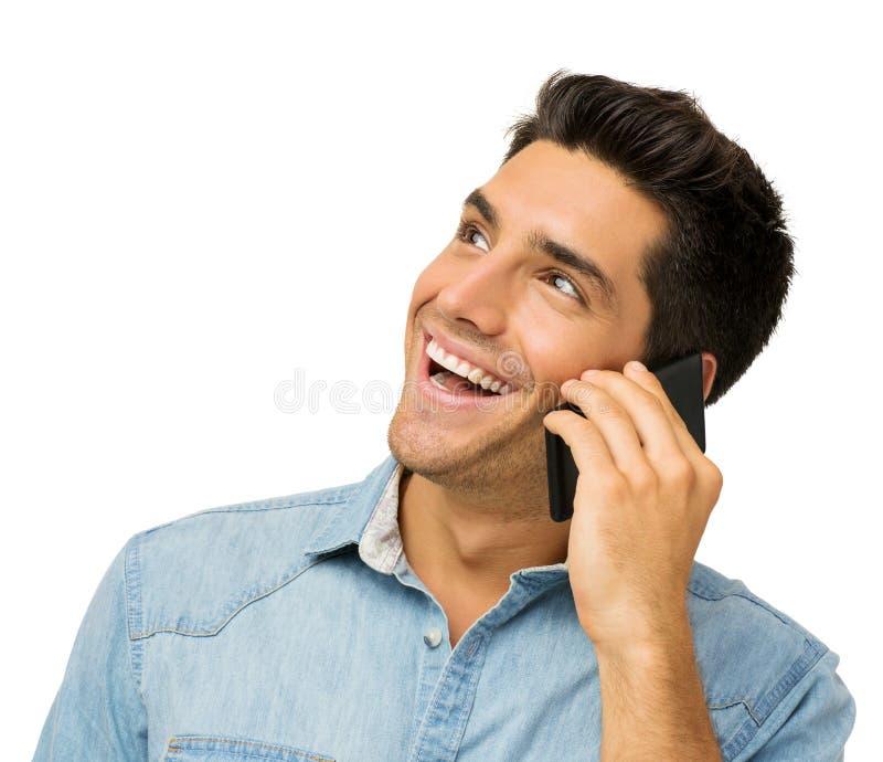使用巧妙的电话的愉快的年轻人 免版税图库摄影