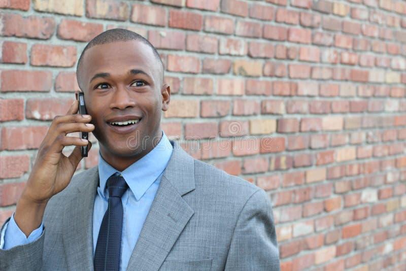 使用巧妙的电话的年轻人得到可怕的新闻 惊奇的商人叫与流动智能手机 库存图片