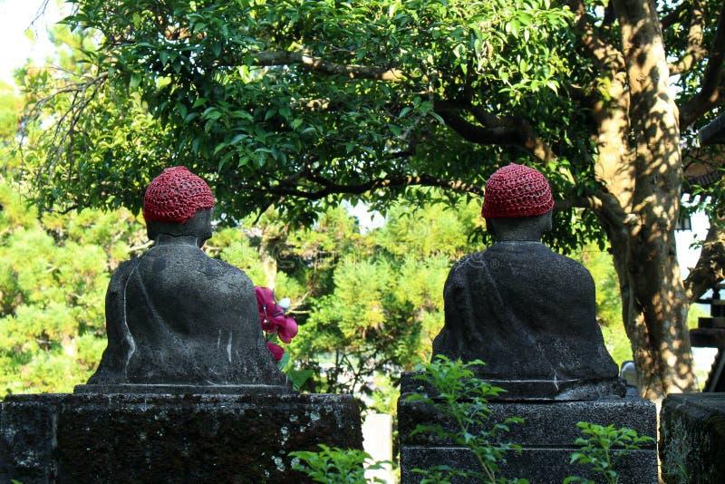 使用帽子的菩萨的雕象?在公开公墓comp 免版税库存照片