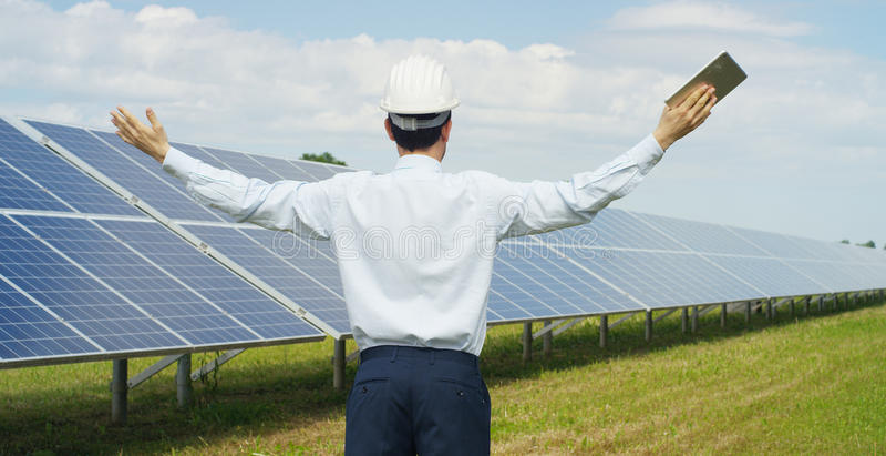 使用干净,关于太阳能光致电压的盘区的技术专家,遥控进行系统监控的, r定期行动 库存照片