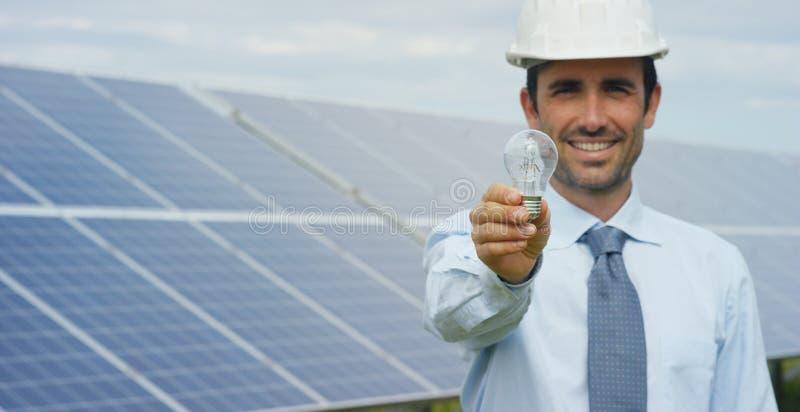 使用干净,关于太阳能光致电压的盘区的技术专家,遥控进行系统监控的, r定期行动 免版税库存照片