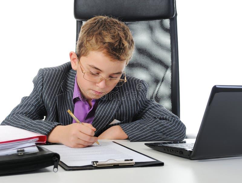 Download 使用年轻人的生意人膝上型计算机 库存照片. 图片 包括有 查找, 教育, 膝上型计算机, 合同, 现代, 查出 - 22358288