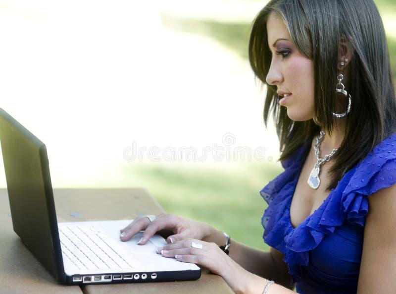 使用年轻人的膝上型计算机学员 免版税库存照片
