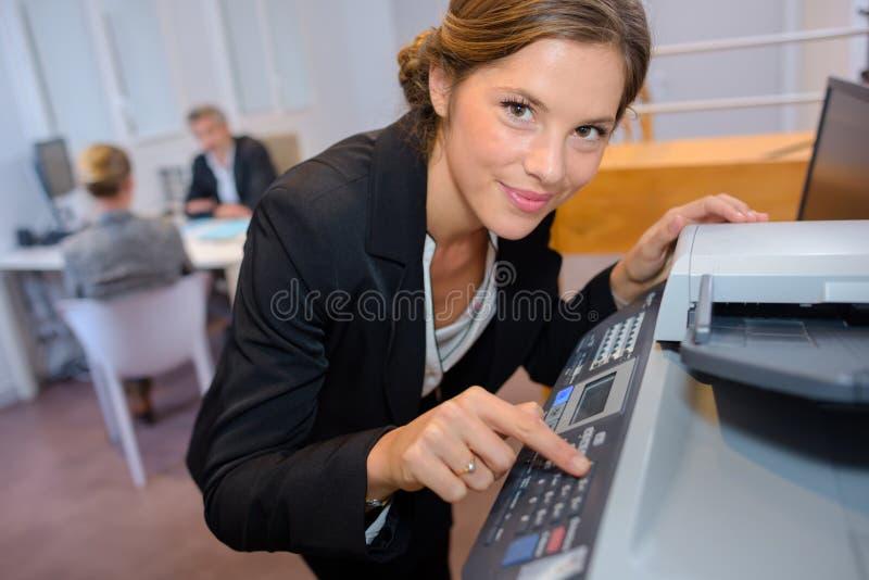 使用影印机的秘书 库存照片