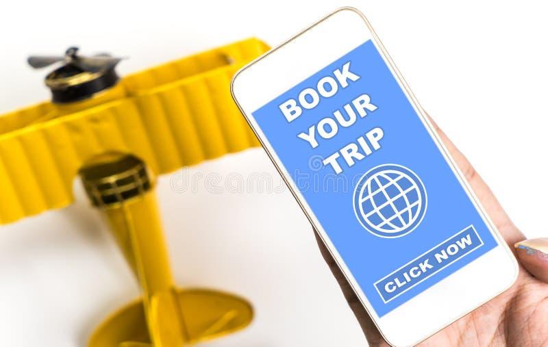 使用您的手机,预定您的在互联网上的旅行 图库摄影