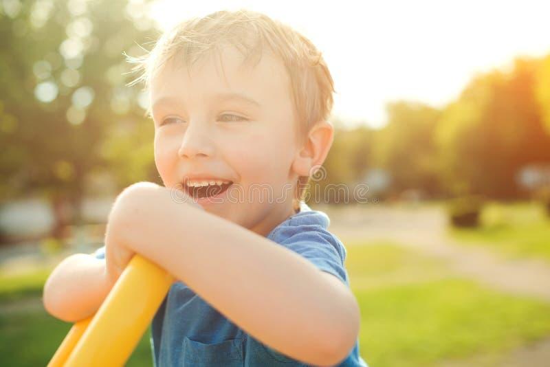 使用愉快的孩子在阳光下 小男孩放松户外 滑稽的孩子有了不起的时间在夏天 愉快和健康童年 库存照片