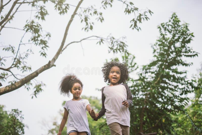 使用户外与朋友的孩子 小孩在自然公园使用 库存照片