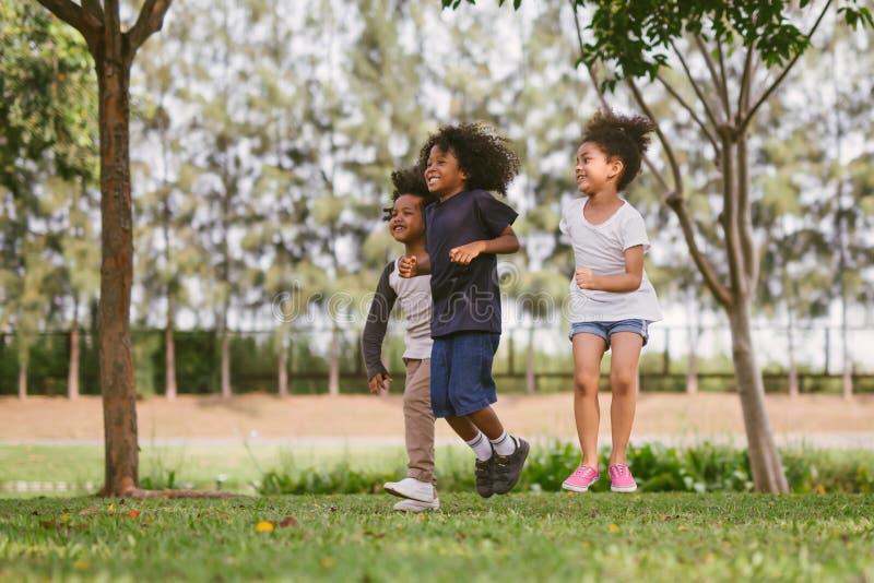 使用户外与朋友的孩子 小孩在自然公园使用 免版税库存图片