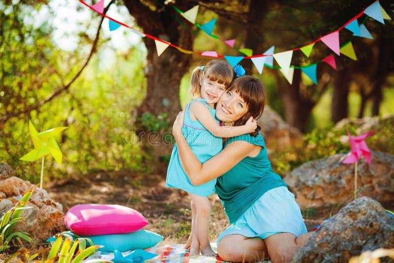 使用户外在夏天的母亲和女儿 库存图片