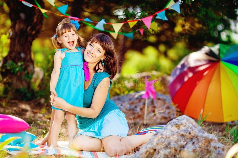 使用户外在夏天的母亲和女儿 图库摄影