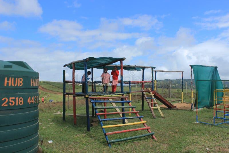 使用户外在操场,斯威士兰,南非的小组非洲孩子 库存照片