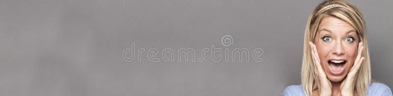 使用手为外向性惊奇和幸福,灰色拷贝空间长的横幅的成功的妇女 图库摄影
