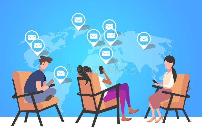 使用手机在线电子邮件全球通信概念信封全球电子标签 向量例证