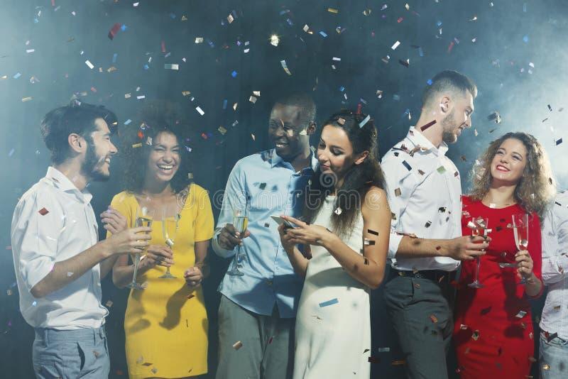 使用手机的乏味妇女在党 库存图片