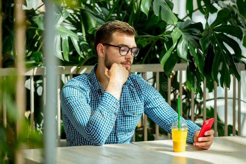 使用手机的人在咖啡馆 库存图片