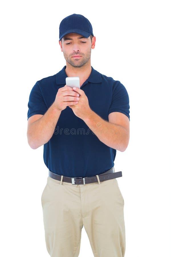 使用手机的传讯者人 免版税库存图片