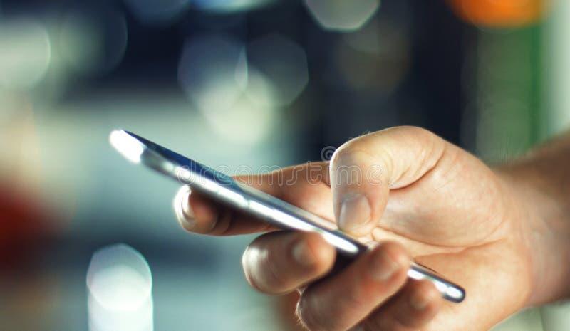 使用手机的商人在办公室 免版税库存照片