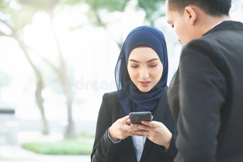 使用手机的女商人 图库摄影
