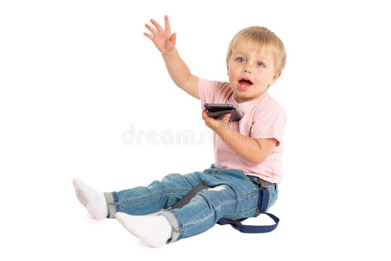 使用手机的小男孩 使用在智能手机的孩子 技术、流动应用程序、孩子和父母亲情况通知 库存图片