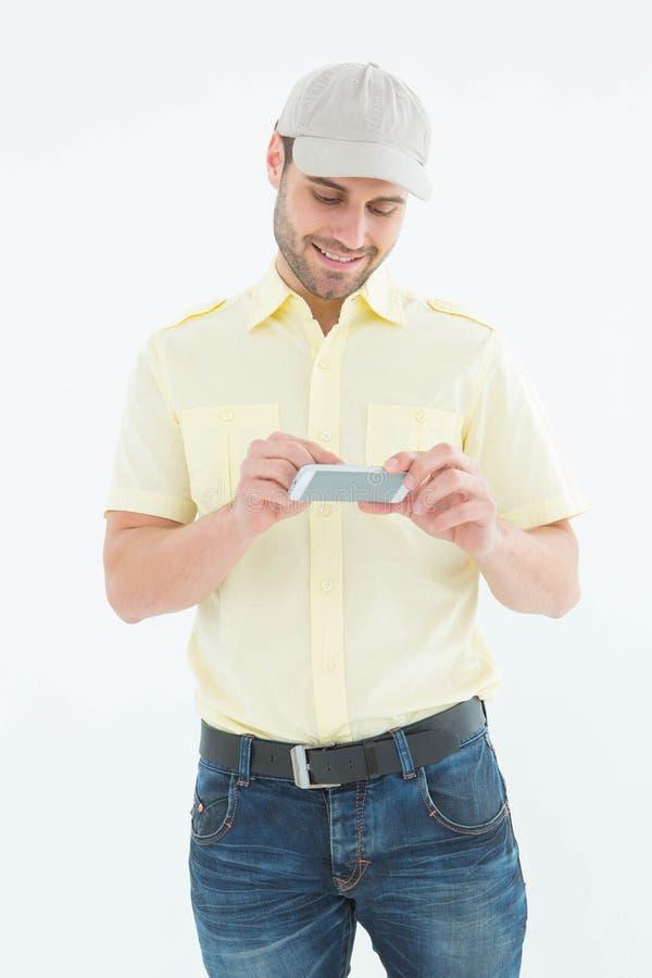 使用手机的愉快的传讯者人 免版税库存图片