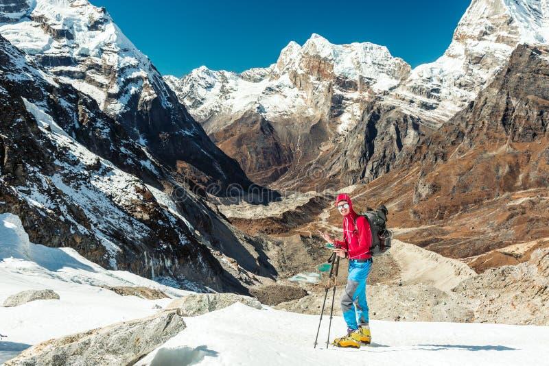 使用手机的爬山者在高处极端状态 图库摄影