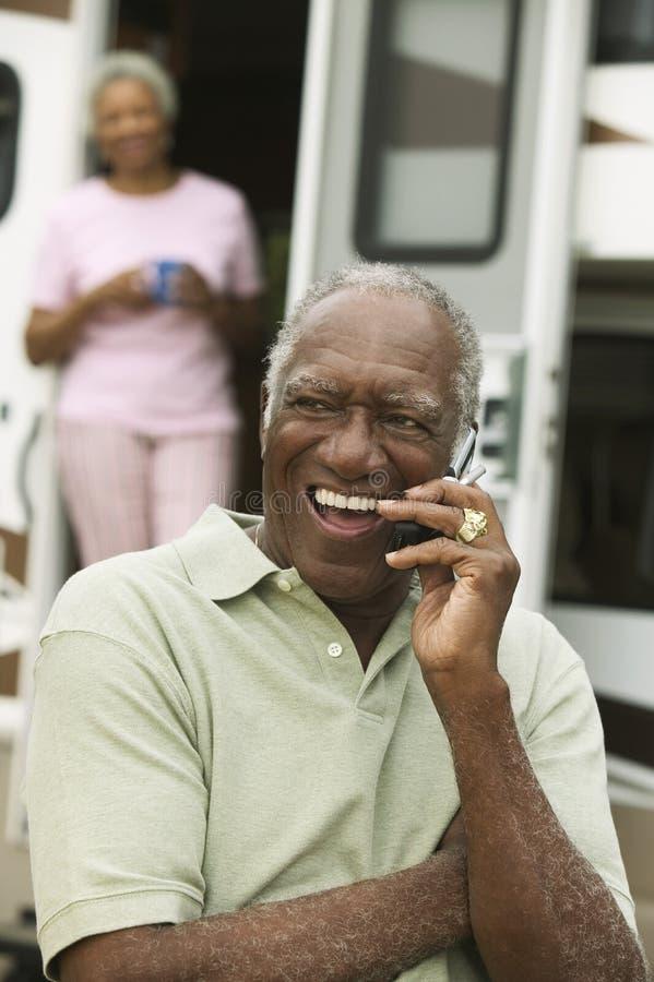 使用手机的老人户外 库存图片
