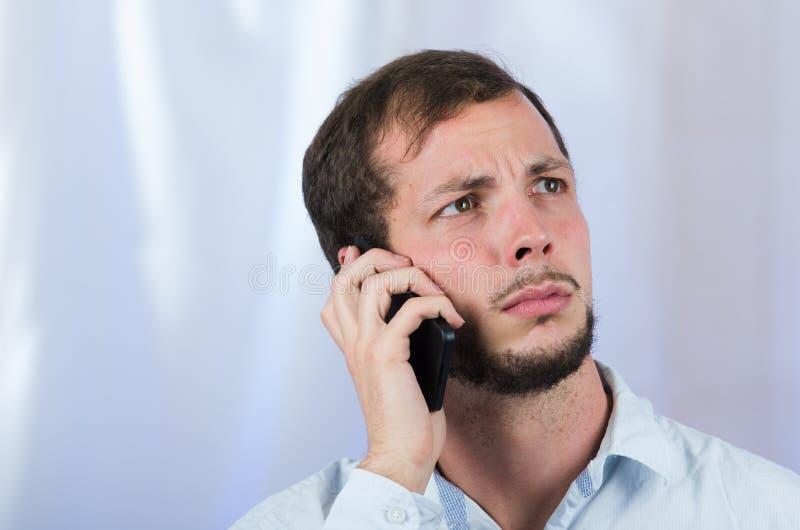 使用手机的年轻英俊的人 库存图片