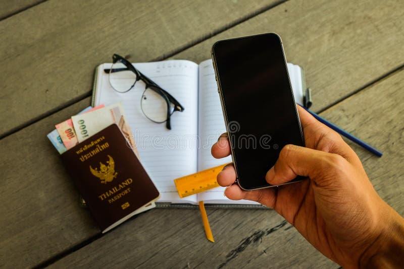 使用手机黑色屏幕,供以人员` s手 图库摄影