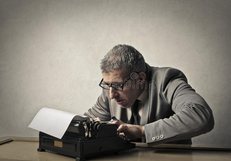 使用打字机的人 库存图片