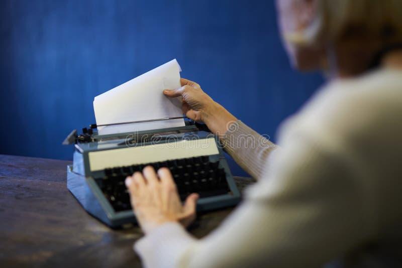 使用打字机的小说家 库存图片