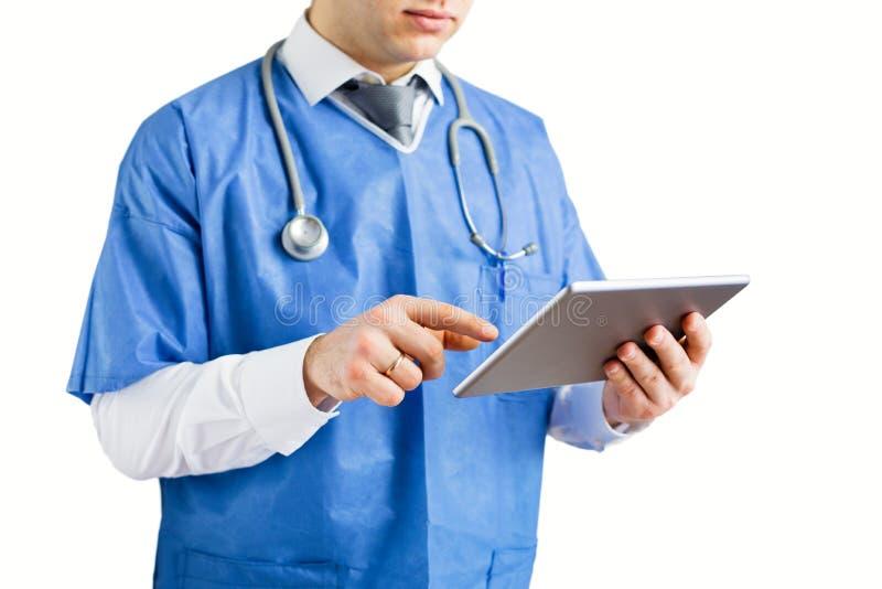 使用技术的医生,隔绝在白色背景 免版税库存照片