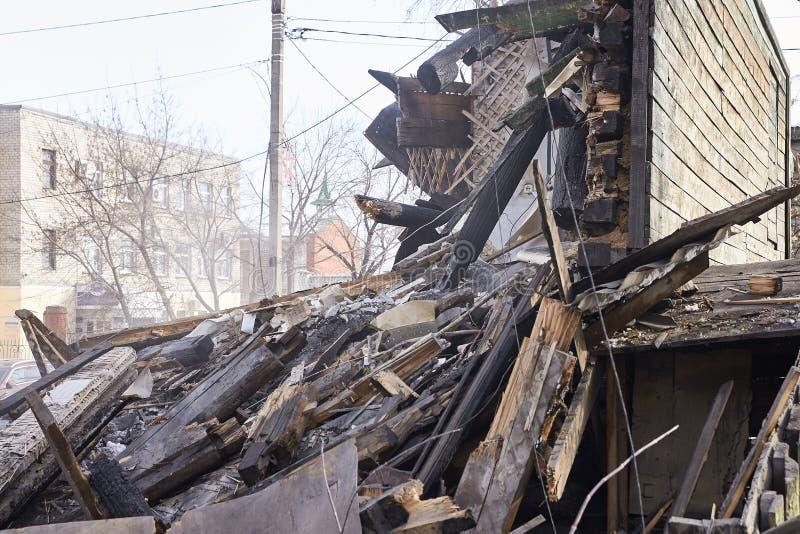 使用挖掘机的爆破房子在城市 重建过程 取消设备 库存图片