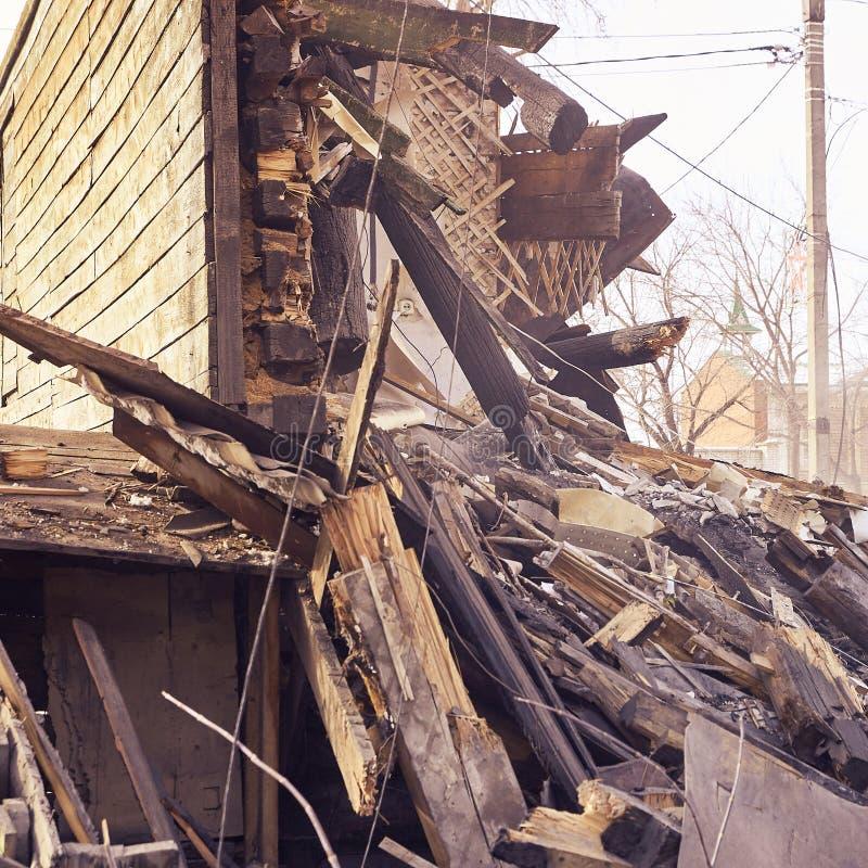 使用挖掘机的爆破房子在城市 重建过程 取消设备 免版税库存照片