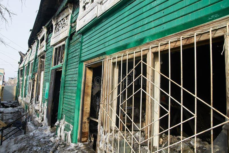 使用挖掘机的爆破房子在城市 重建过程 取消设备 图库摄影