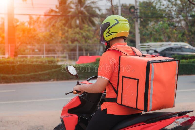 使用摩托车,人交付小包 库存图片