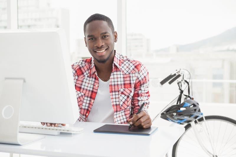 使用数字化器和计算机的偶然商人 免版税库存图片