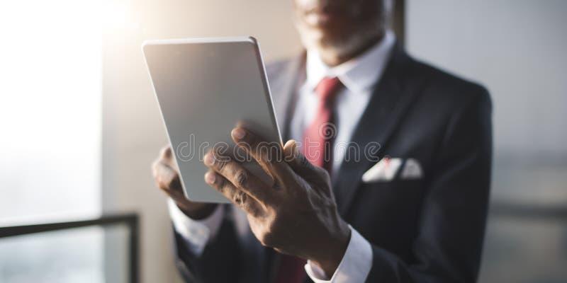 使用数字式片剂概念的非洲商人 库存图片