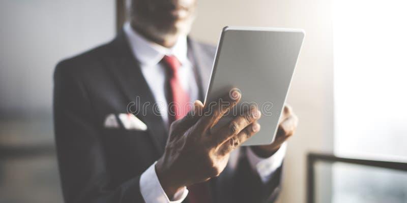 使用数字式片剂概念的非洲商人 免版税库存照片