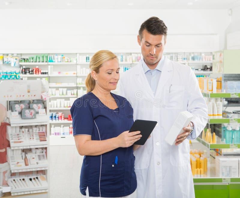 使用数字式片剂的助理,当药剂师时 免版税图库摄影