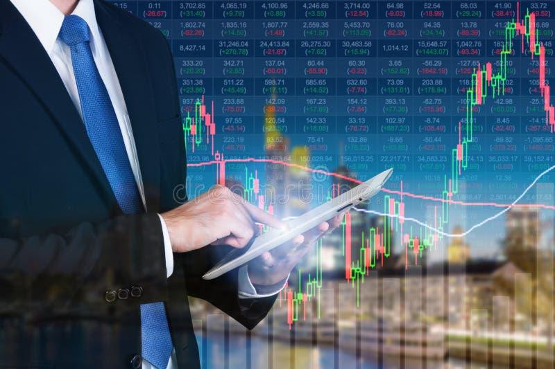 使用数字式片剂的商人与股市图一起使用 免版税库存图片