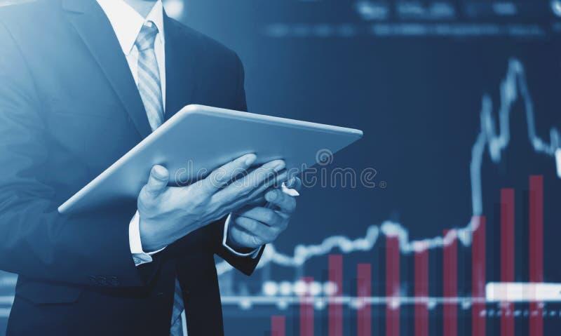 使用数字式片剂的商人,培养图表背景 企业增长 免版税库存照片