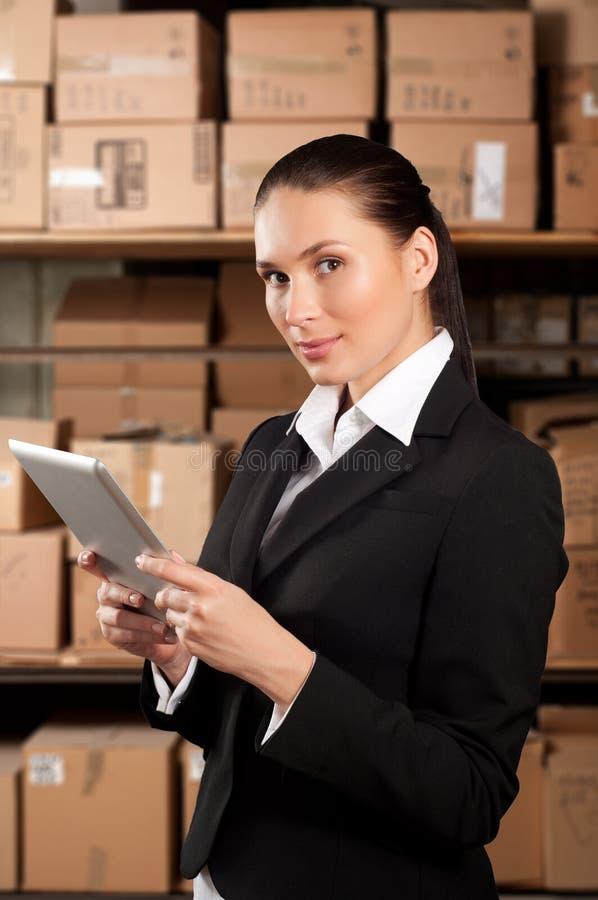 使用数字式片剂的女实业家 免版税库存照片
