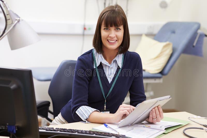 使用数字式片剂的女性顾问在书桌在办公室 免版税库存照片