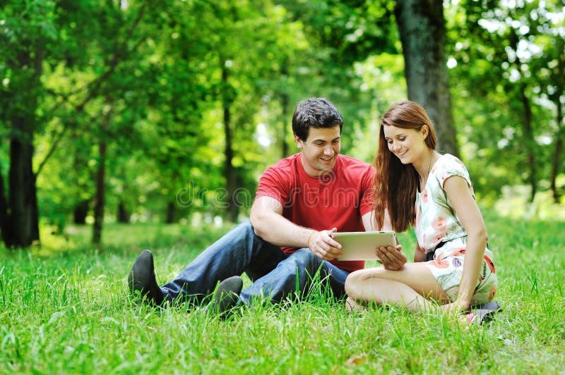 使用数字式片剂的快乐的夫妇 库存照片